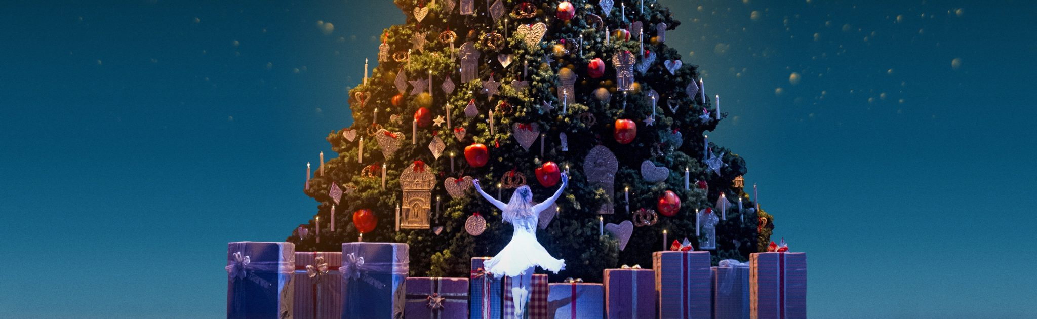 Meaghan-Grace-Hinkis-as-Clara-in-The-Nutcracker-The-Royal-Ballet-cROHTristram-Kenton-2013.-Image-by-AKA-cROH-2016-Cropped