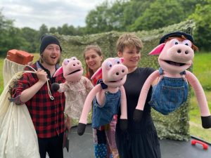 Folksy Theatre perform with puppets